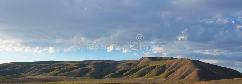 Norr Kalifornien berg i sen sommar med blå himmel arkivfoto