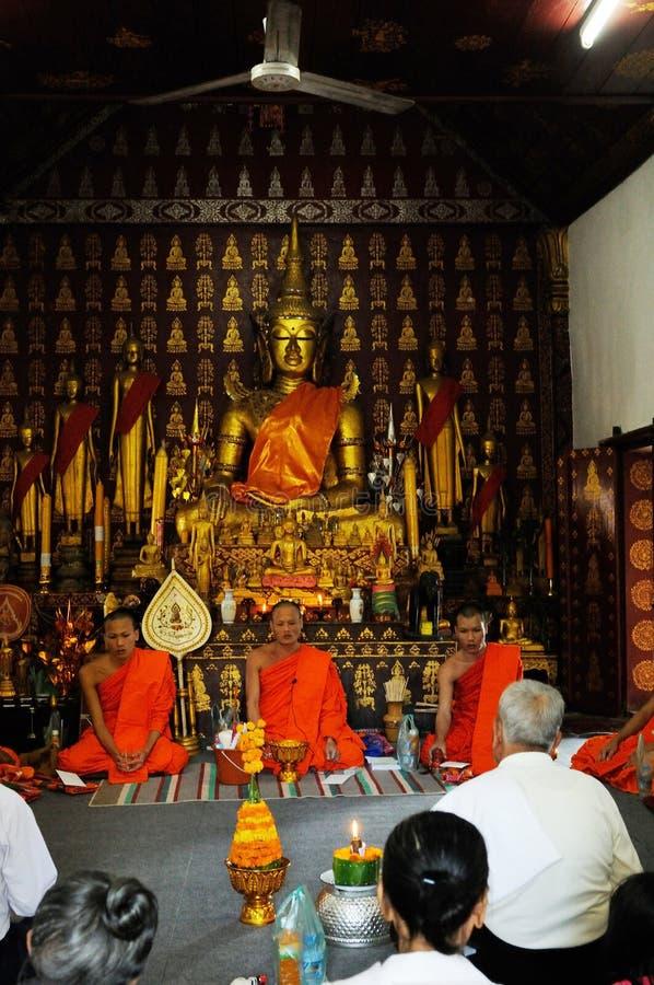 Norr Laos: Ceremoni för buddistisk munk i en stupa i Luang Prabang arkivbild