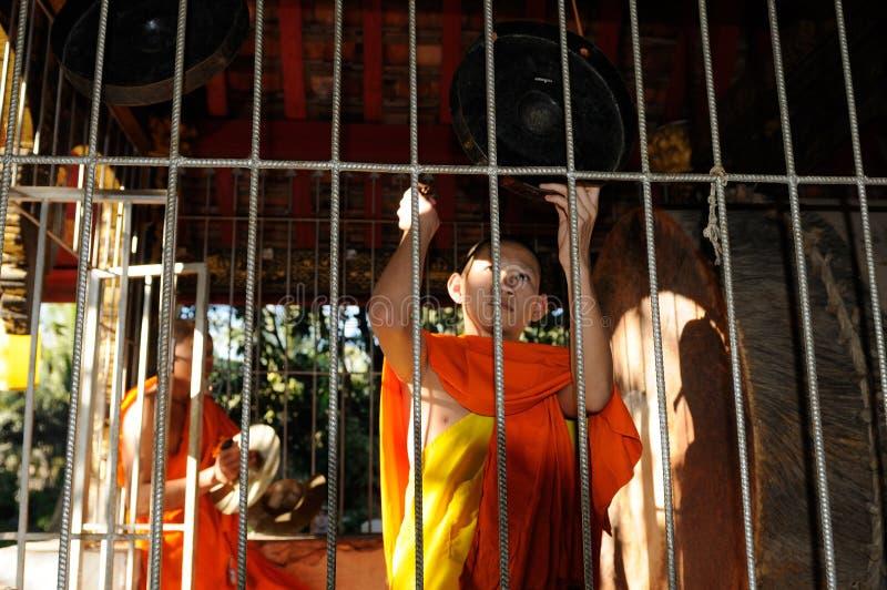 Norr Laos: Ceremoni för buddistisk munk på vaten Visounarath Monastry royaltyfria foton