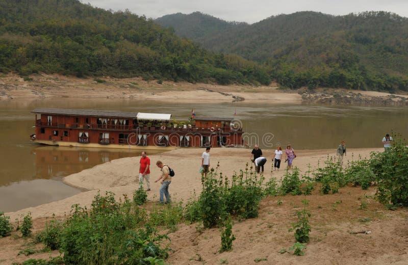Norr Laos: Utfärd för skepp för Mekong solkryssning som förbjuder Huay Daue arkivbild