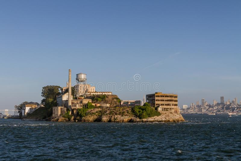 Norr sikt för Alcatraz ö från färjan arkivbilder