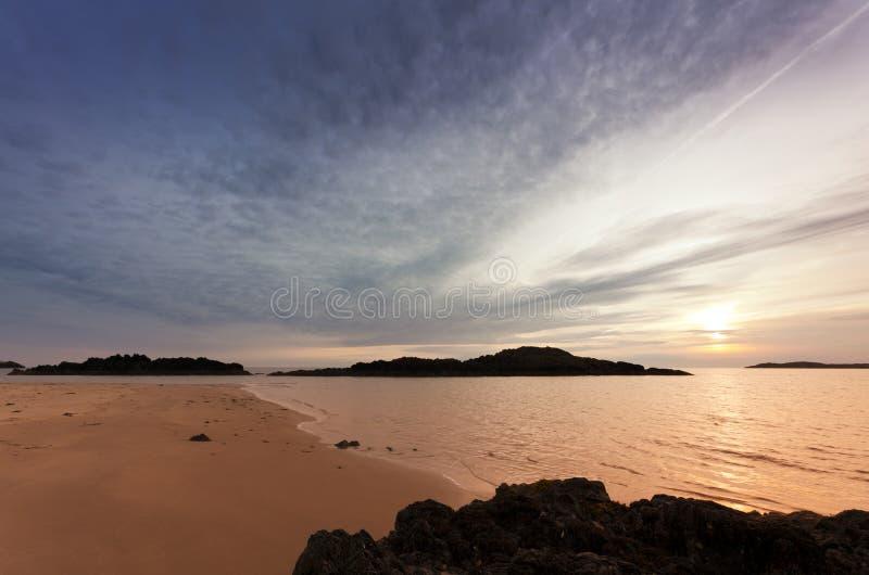 norr sommarsolnedgång wales för strand arkivbild