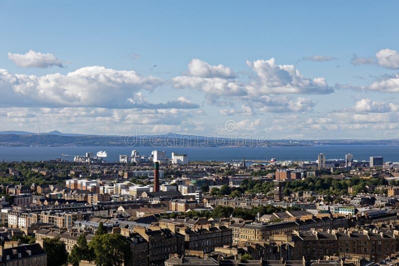 Norra Edinburghs utsikt från Calton Hill - Skottland royaltyfri bild