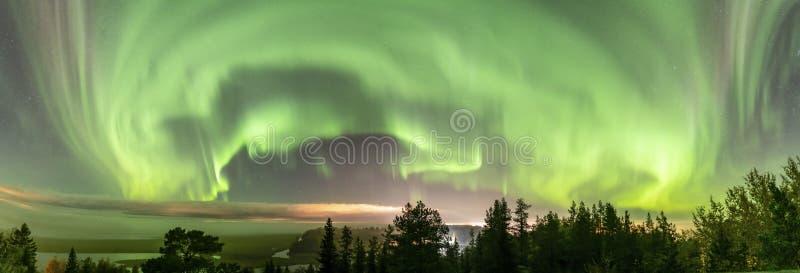 Norra ljus med delvis klara skidor med tjocka dimskal över svensk skogslandskap i berg, grön norrut arkivfoton