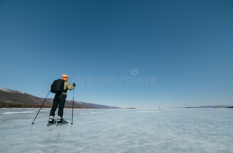 Norrman som fotvandrar skridskor Ett experimentellt turnerar skridskor för långvariga turer till isen Använt i Ryssland arkivfoton