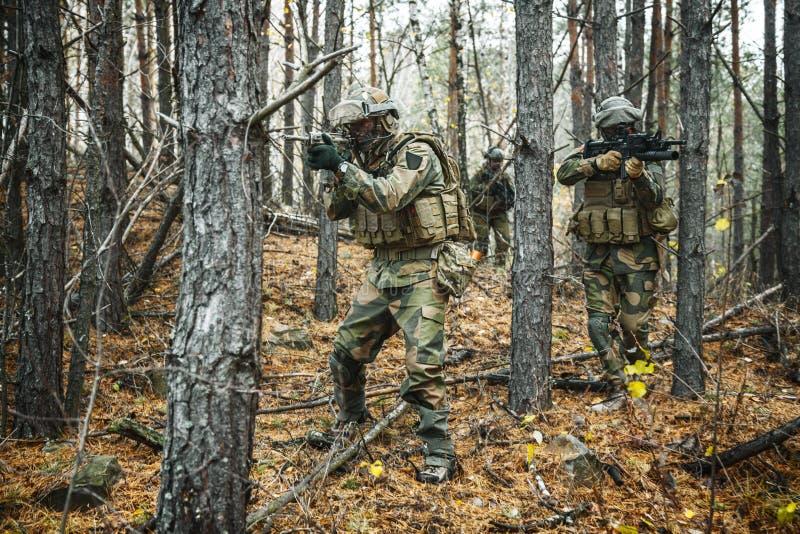 Norrmansoldater i skogen royaltyfri bild