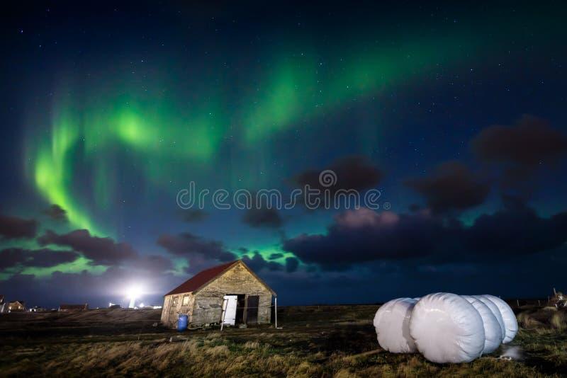 Norrsken för nordliga ljus över lantgårdhus i den Gardur staden royaltyfri bild