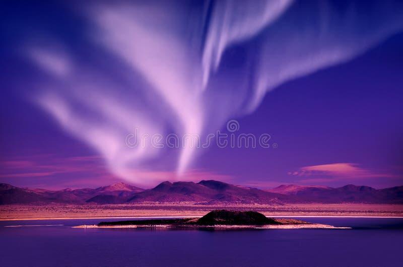 Norrsken för nordliga ljus i natthimlen över härligt sjölandskap royaltyfria bilder