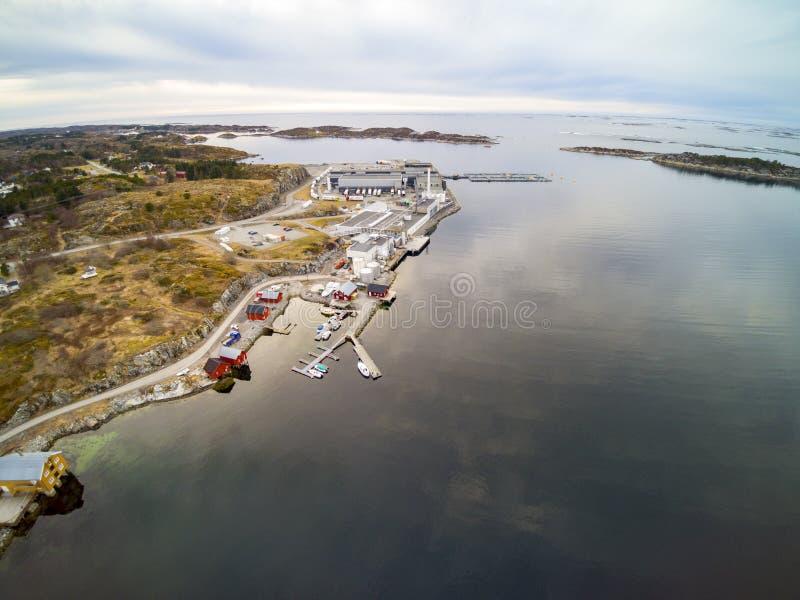 Norsk kust, för vegetation laxfabrik kontra arkivfoton
