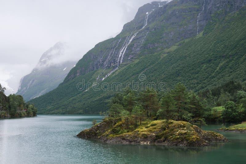 Norsk sjö Lovatnet arkivbilder