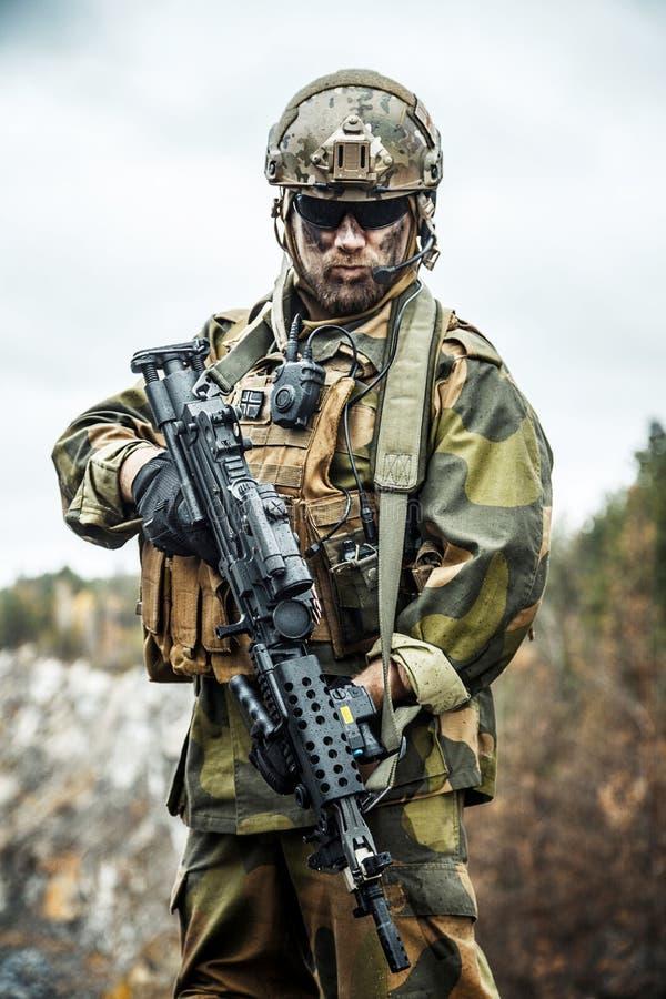 Norsk soldat i skogen royaltyfri foto