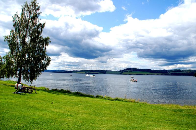 Norsk sommardag vid sjön arkivbilder