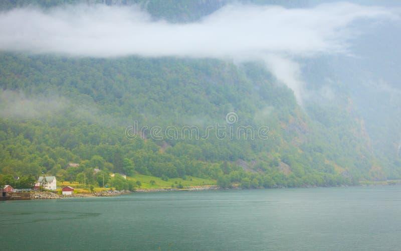 Norska landshus i bergen p? sj?kust arkivbild