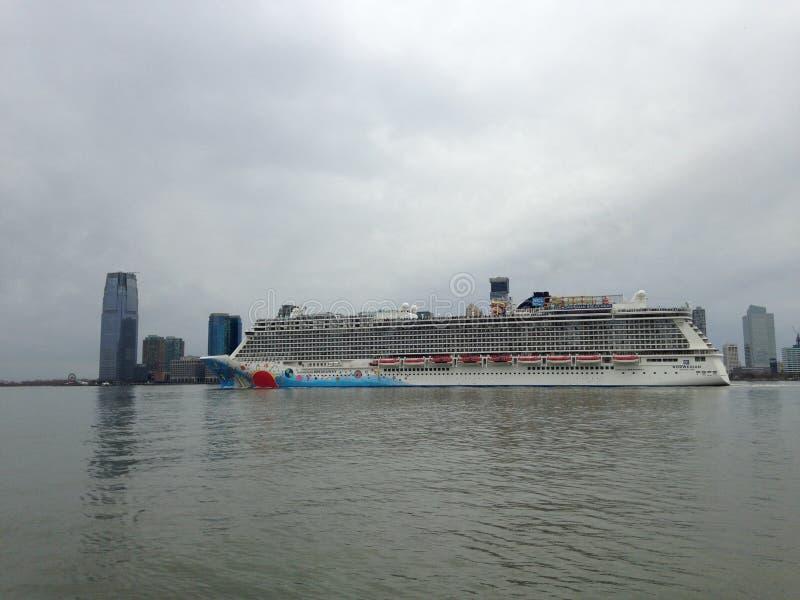 Norskt brytningkryssningskepp på Hudson River Leaving Manhattan arkivbilder