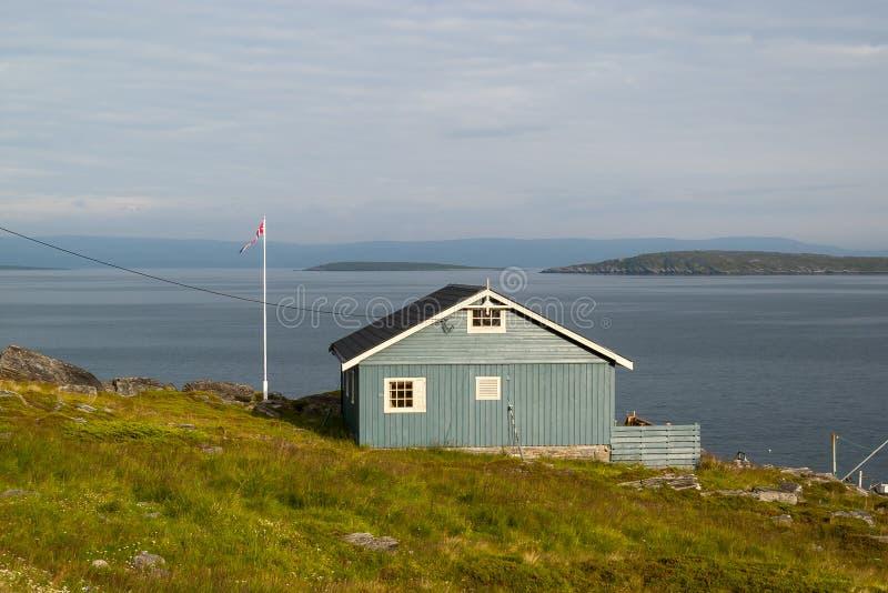 Norskt hus som förbiser havet royaltyfria foton