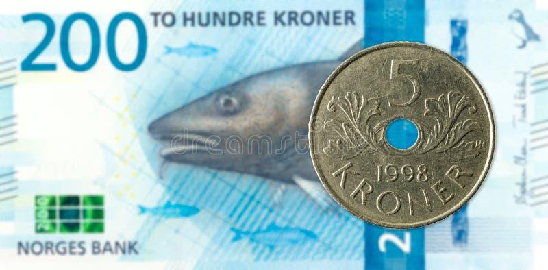 norskt mynt 5 mot ny sedel för norsk krone 200 royaltyfri fotografi