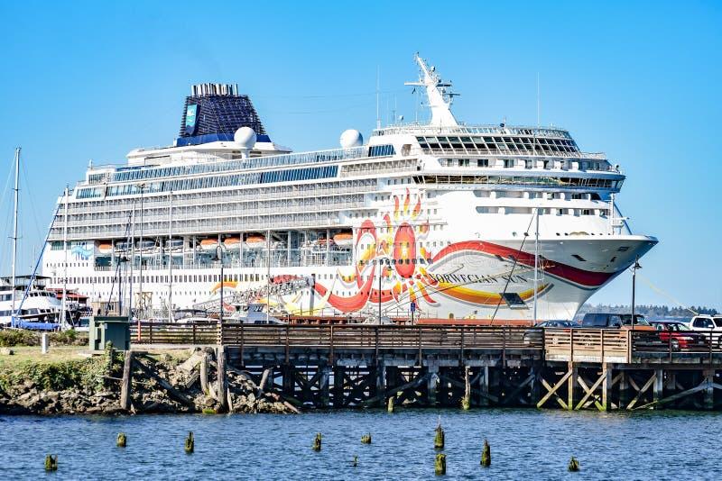 Norskt skepp för NCL-solkryssning som anslutas i Astoria, Oregon royaltyfri fotografi