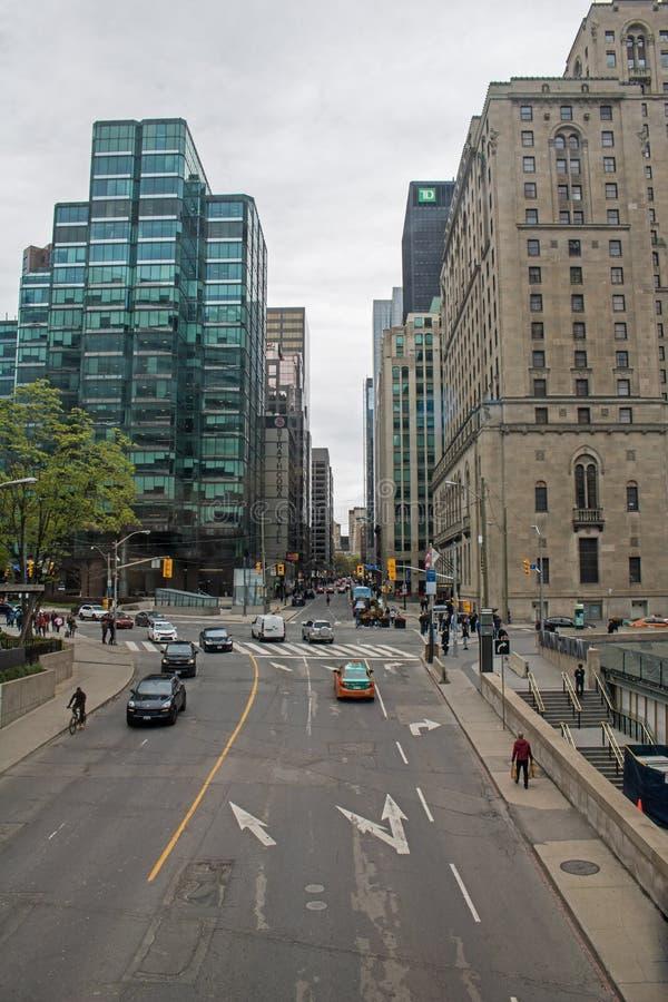 Norte na rua de Yonge em Toronto do centro, Ontário da vista, Canadá foto de stock