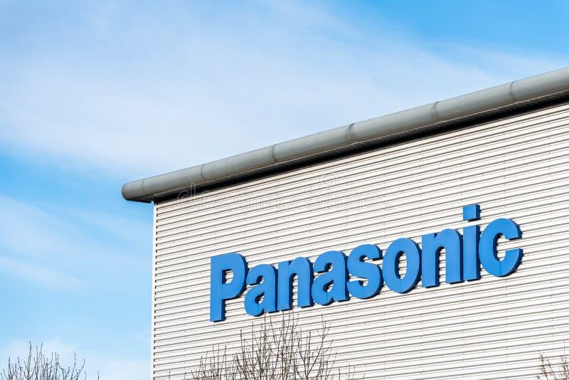 Northampton 9 de dezembro de 2017 BRITÂNICO: O logotipo da distribuição da logística de Panasonic assina dentro a propriedade ind fotos de stock royalty free