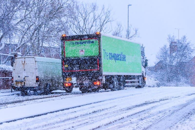 Northampton 10 de diciembre de 2017 BRITÁNICO: El camión de reparto cooperativo se desliza en el camino británico nevoso fotografía de archivo libre de regalías