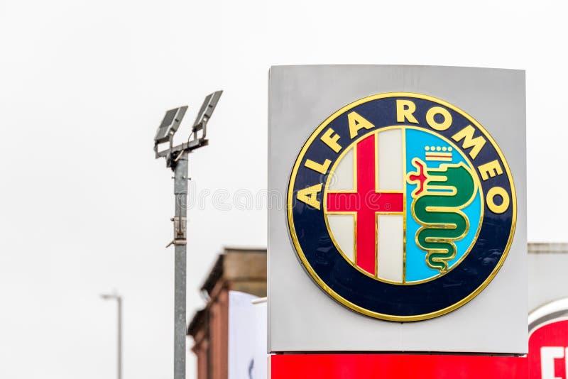 Northampton 3 de fevereiro de 2018 BRITÂNICO: Suporte do sinal do logotipo de Alfa Romeo no centro de Northampton Town imagem de stock royalty free
