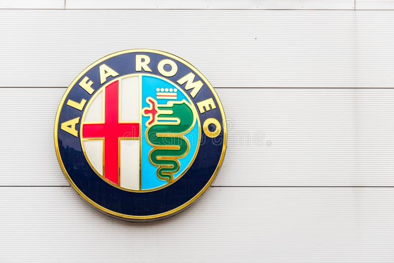 Northampton 3 de fevereiro de 2018 BRITÂNICO: Suporte do sinal do logotipo de Alfa Romeo no centro de Northampton Town imagem de stock