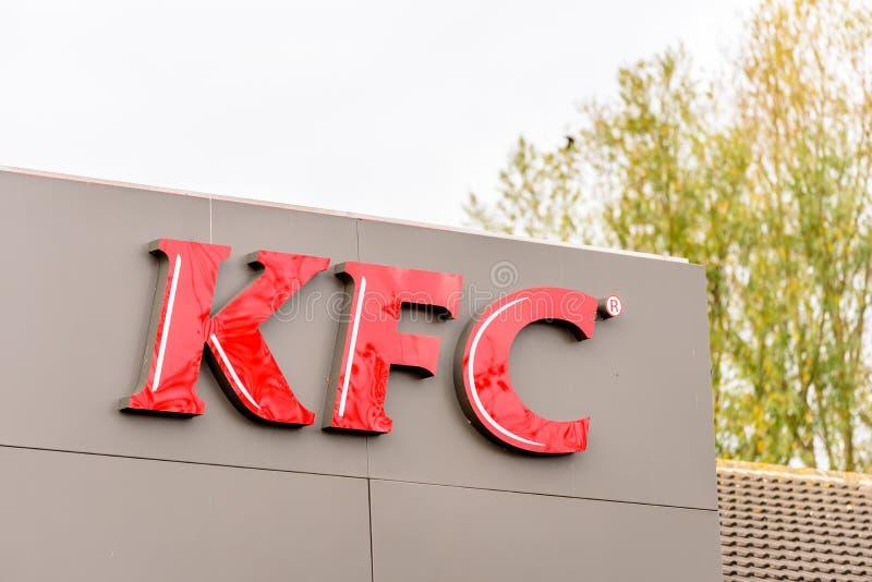 Northampton 29 de octubre de 2017 BRITÁNICO: El logotipo del restaurante de KFC firma adentro el parque al por menor de Sixfields fotos de archivo libres de regalías