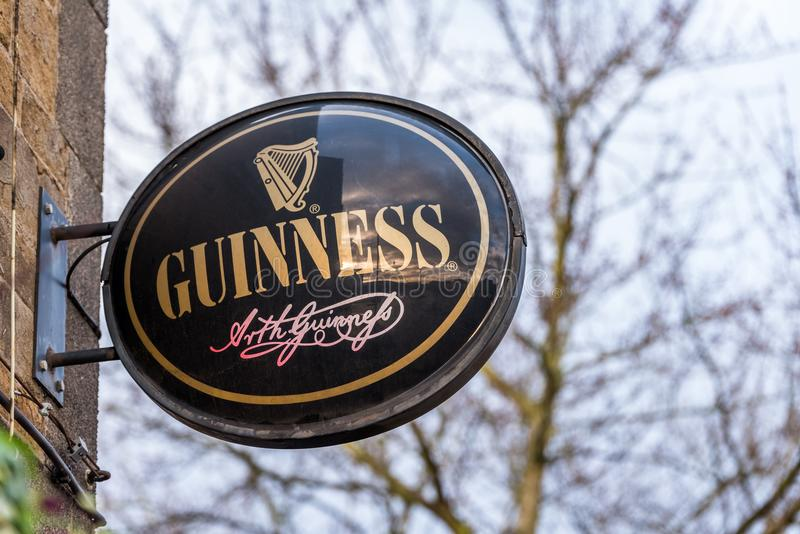 Northampton 5 gennaio 2018 BRITANNICO: Segno di logo di Guinness sulla parete del pub immagine stock