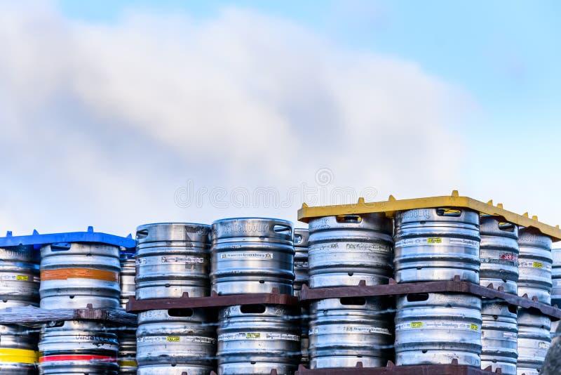 Northampton Großbritannien am 6. Januar 2018: Bierstuben Kronenbourg-Metallbierfassfässer Bier gestapelt für Versand stockbilder