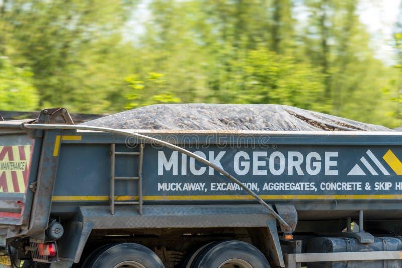 Northampton, het UK - 10 Mei 2019: de vrachtwagen van de de kippersvrachtwagen van het wegonderhoud op Britse autosnelweg in snel stock afbeelding