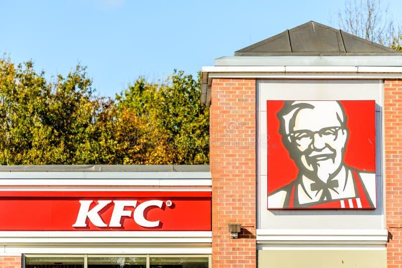 Northampton, het UK - 25 Oct, 2017: Dagmening van KFC-Restaurantembleem wordt geschoten in Rivieroever Kleinhandelspark dat stock afbeelding