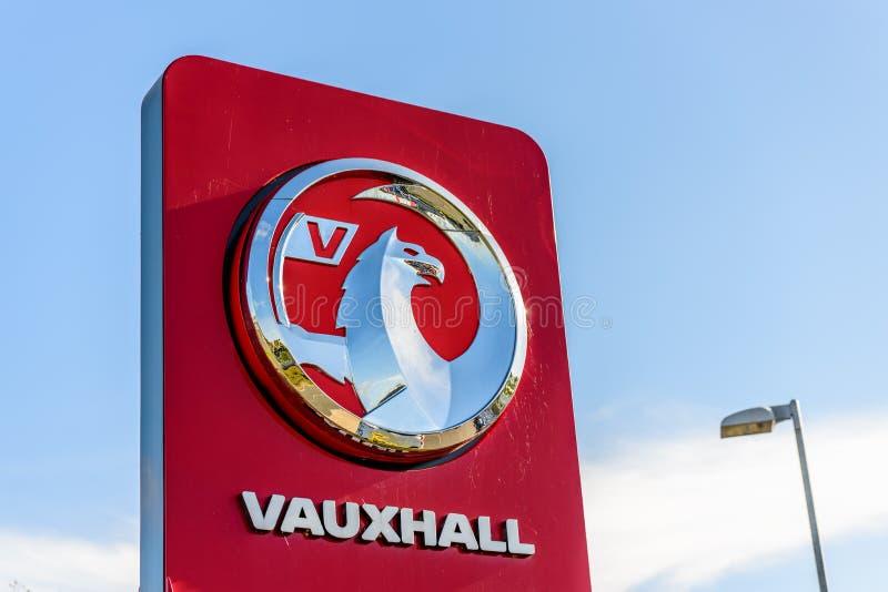 Northampton, het UK - 25 Oct, 2017: Dagmening van Vauxhall-embleem bij Rivieroever Kleinhandelspark royalty-vrije stock foto's