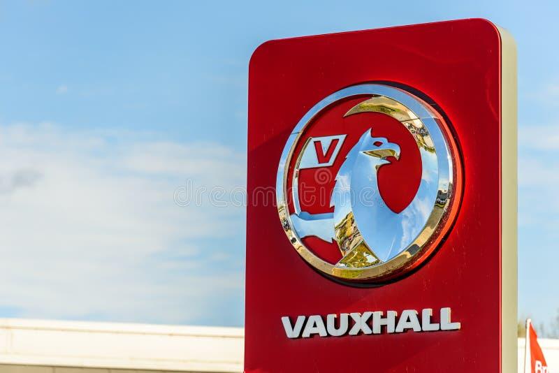 Northampton, het UK - 25 Oct, 2017: Dagmening van Vauxhall-embleem bij Rivieroever Kleinhandelspark stock foto's