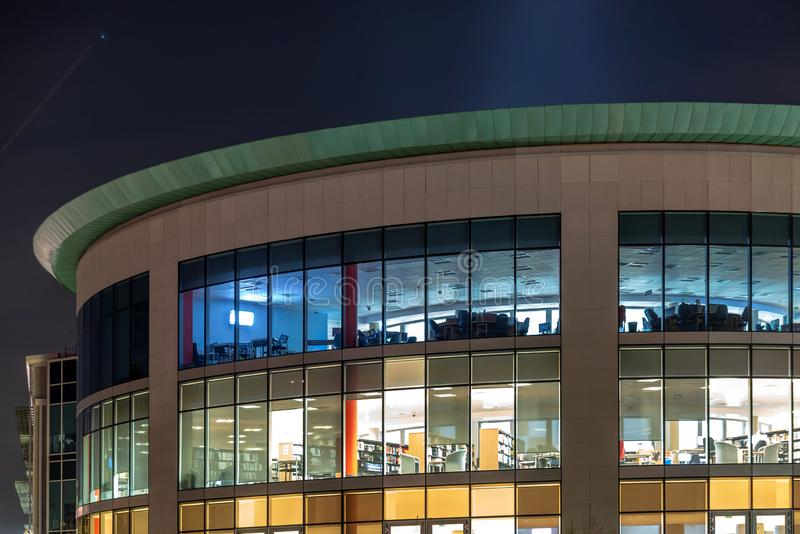 Northampton il Regno Unito 13 novembre 2018: vista di notte delle finestre della costruzione moderna del vicolo della cabina dell fotografie stock libere da diritti