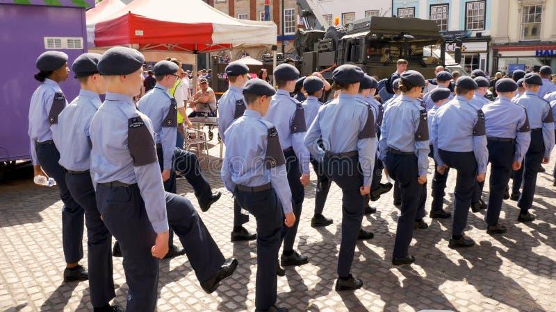 Northampton R-U : Le 29 juin 2019 - cadets de défilé de jour de forces armées marchant sur la place du marché photos libres de droits