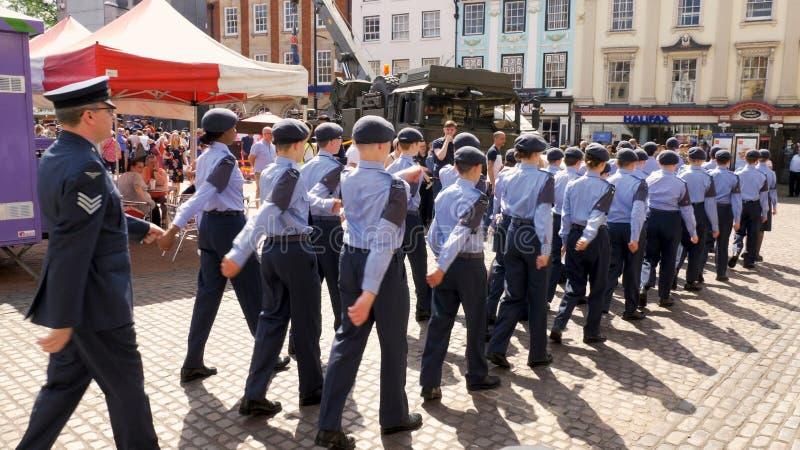 Northampton R-U : Le 29 juin 2019 - cadets de défilé de jour de forces armées marchant sur la place du marché images stock