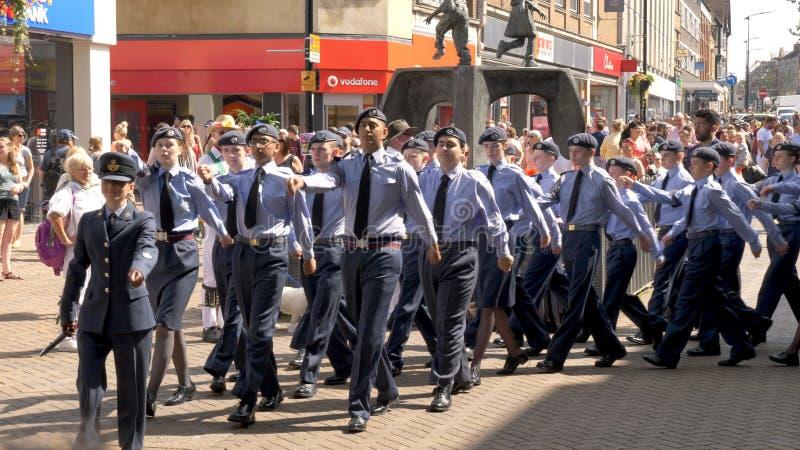 Northampton R-U : Le 29 juin 2019 - cadets de défilé de jour de forces armées marchant sur la rue d'Abingron images stock