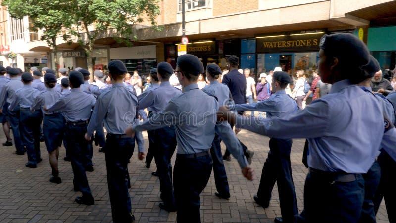 Northampton R-U : Le 29 juin 2019 - cadets de défilé de jour de forces armées marchant sur la rue d'Abingron photo stock