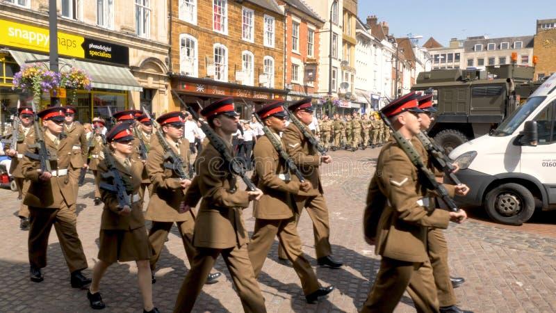 Northampton R-U : Le 29 juin 2019 - troupes de défilé de jour de forces armées marchant sur la place du marché images stock