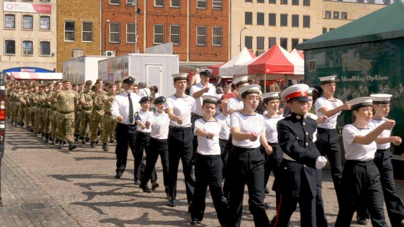 Northampton R-U : Le 29 juin 2019 - troupes de défilé de jour de forces armées marchant sur la place du marché photos stock