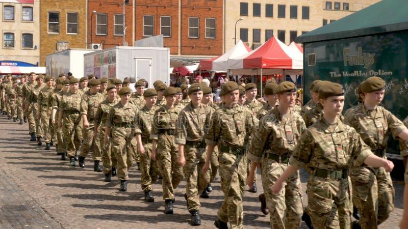 Northampton R-U : Le 29 juin 2019 - troupes de défilé de jour de forces armées marchant sur la place du marché photographie stock libre de droits