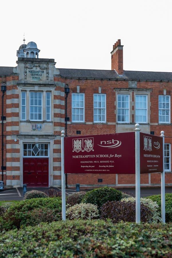 Northampton R-U le 28 octobre 2018 : vue nuageuse de jour d'école de Northampton pour le logo et le bâtiment de garçons image stock