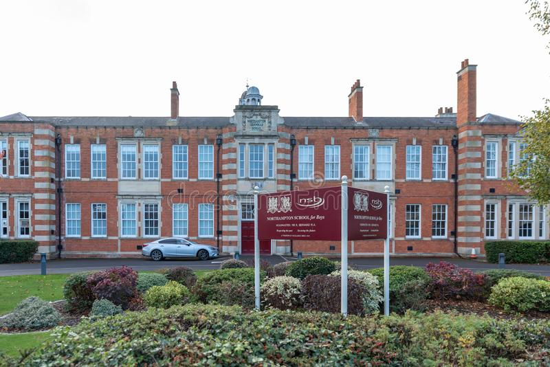 Northampton R-U le 28 octobre 2018 : vue nuageuse de jour d'école de Northampton pour le logo et le bâtiment de garçons photos libres de droits