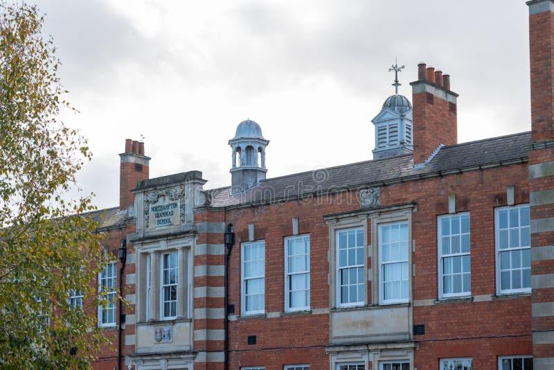 Northampton R-U le 28 octobre 2018 : vue nuageuse de jour d'école de Northampton pour le logo et le bâtiment de garçons photos stock