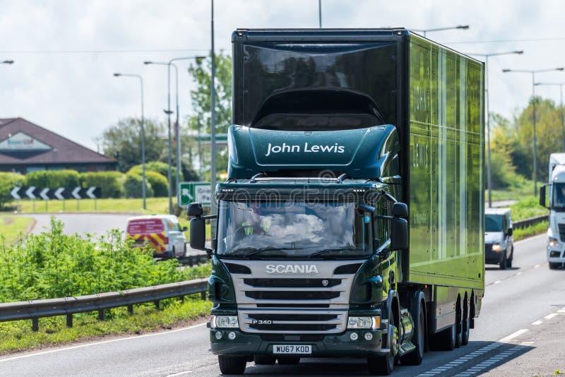 Northampton, R-U - 10 mai 2019 : camion de bo?te de John Lewis de scania sur l'autoroute du R-U dans le mouvement rapide photographie stock