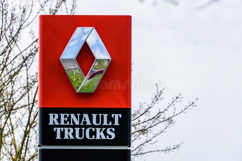Northampton, Reino Unido - 21 de abril de 2018:: O negócio de Renault Trucks do oficial da opinião do dia assina sobre o céu azul fotografia de stock royalty free