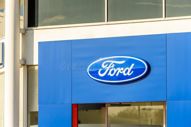 Northampton, Reino Unido - 25 de octubre de 2017: Opinión del día del logotipo de Ford en el parque de la venta al por menor de l fotografía de archivo libre de regalías