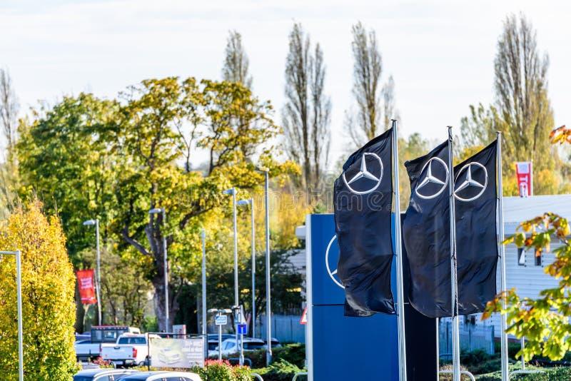 Northampton, Reino Unido - 25 de octubre de 2017: Opinión del día del logotipo de Mercedes-Benz en el parque de la venta al por m fotos de archivo