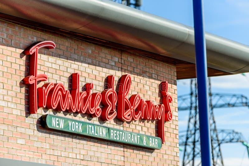 Northampton, Reino Unido - 25 de outubro de 2017: O tiro da opinião do dia do logotipo de Frankie e de Benny Restaurant no beira- fotografia de stock