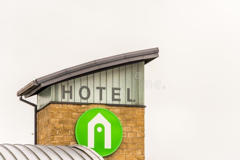 Northampton UK Januari 23 2018: Campanilehotelllogoen undertecknar lantgården parkerar in industriellt royaltyfri foto